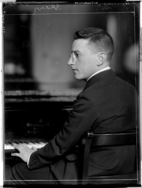 Paul Wittgenstein am Klavier von Madame d'Ora, Atelier