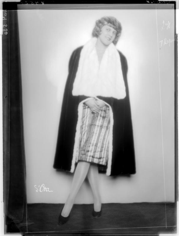 """Dame im Pelzmantel der """"Penizek-Moden"""" von Madame d'Ora, Atelier"""