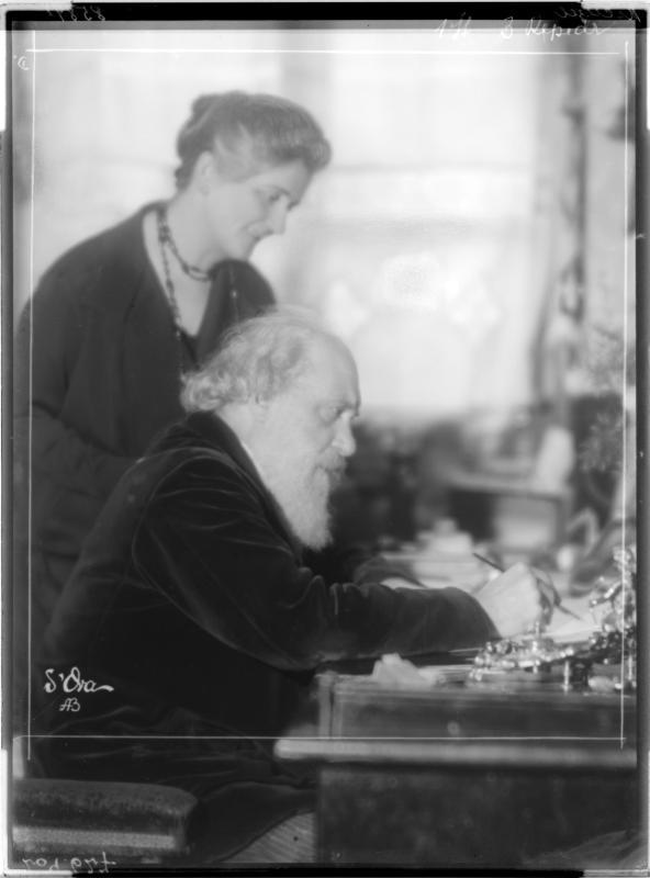 Wilhelm Kienzl zusammen mit seiner Gattin Henny Kienzl von Madame d'Ora, Atelier