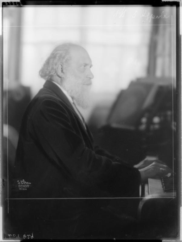 Wilheml Kienzl am Klavier von Madame d'Ora, Atelier