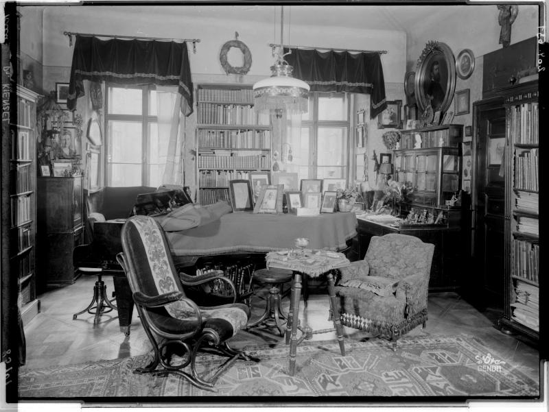 Blick in die Wohnung von Wilhelm Kienzl von Madame d'Ora, Atelier
