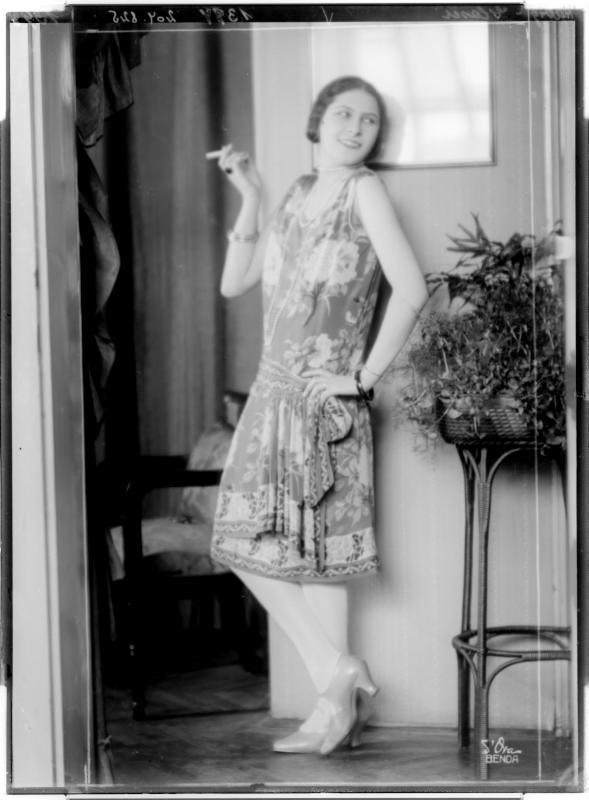 """Dame in einem Kleid der """"Habig-Moden"""" von D'Ora-Benda, Atelier"""