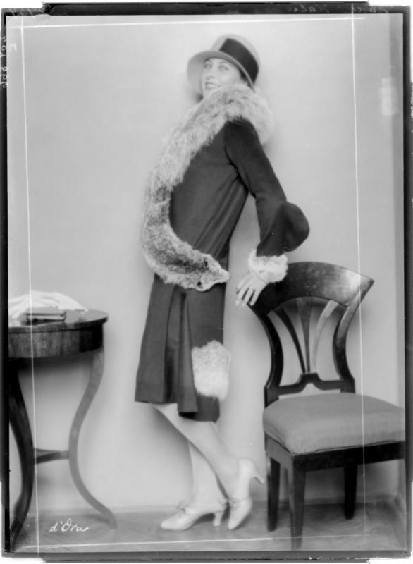 """Dame mit Hut und Mantel der """"Habig-Moden"""" von D'Ora-Benda, Atelier"""