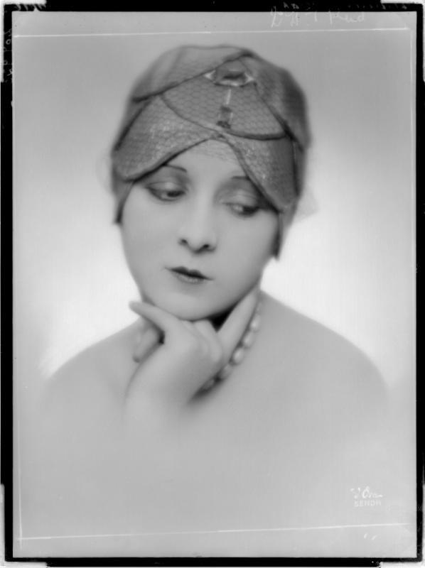 """Dame mit Hut der """"Gaby-Hüte"""" von D'Ora-Benda, Atelier"""