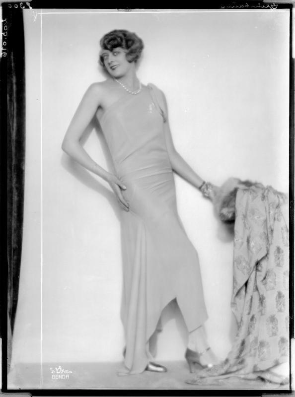 """Dame in einem Kleid der """"Grünbaum-Moden"""" von D'Ora-Benda, Atelier"""