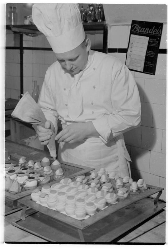 Koch bei der Arbeit von Rübelt, Lothar