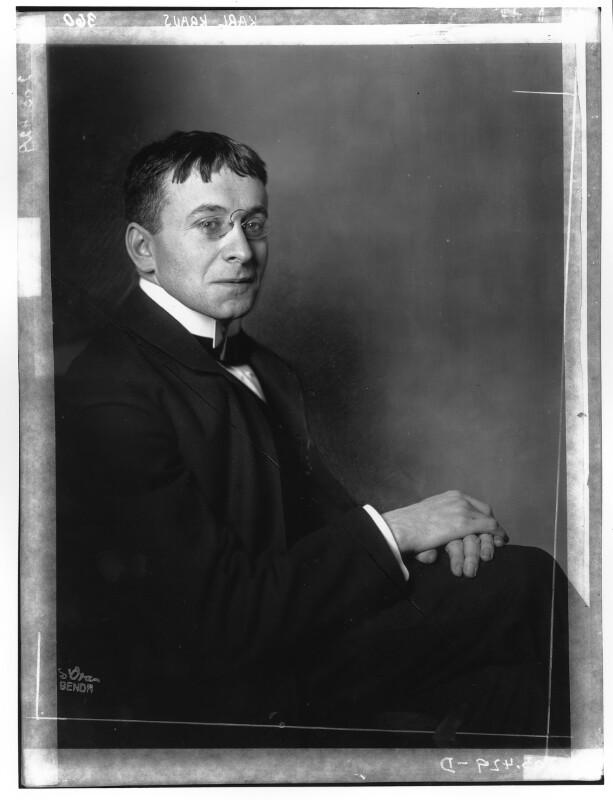 Karl Kraus in einem Anzug von Madame d'Ora, Atelier