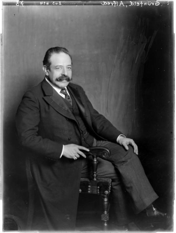 Alfred Grünfeld in Anzug von Madame d'Ora, Atelier