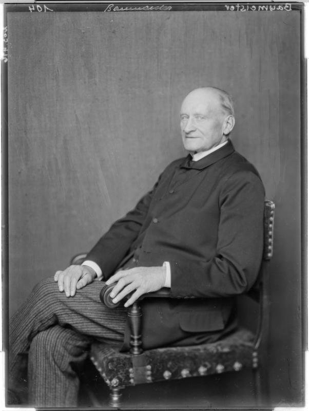 Bernhard Baumeister in einem Anzug von Madame d'Ora, Atelier