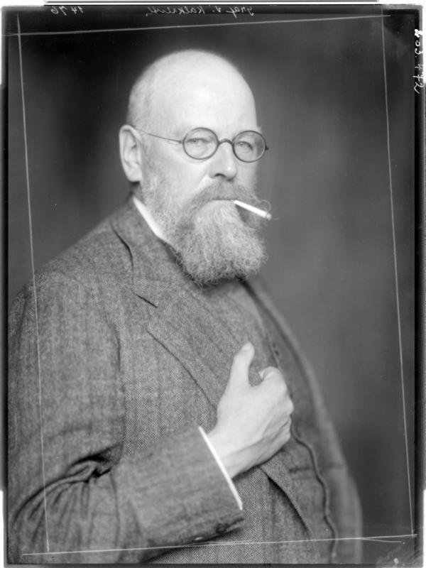 Leopold Karl Walter in einem Anzug von Madame d'Ora, Atelier