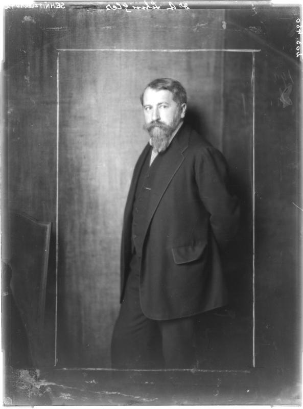 Arthur Schnitzler in Anzug von Madame d'Ora, Atelier