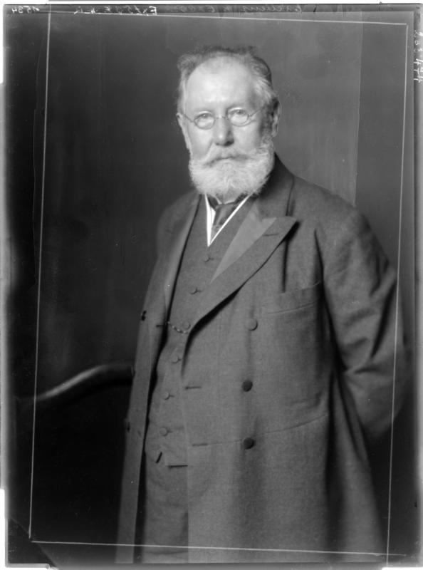 Wilhelm Exner in Gehrock von Madame d'Ora, Atelier