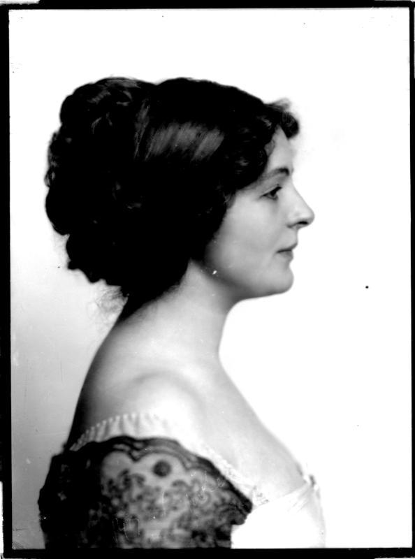 Porträt der Hedwig Reinau von Madame d'Ora, Atelier