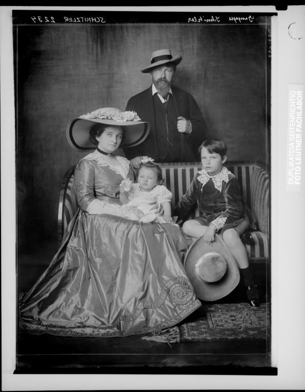 Arthur Schnitzler zusammen mit seiner Familie von Madame d'Ora, Atelier