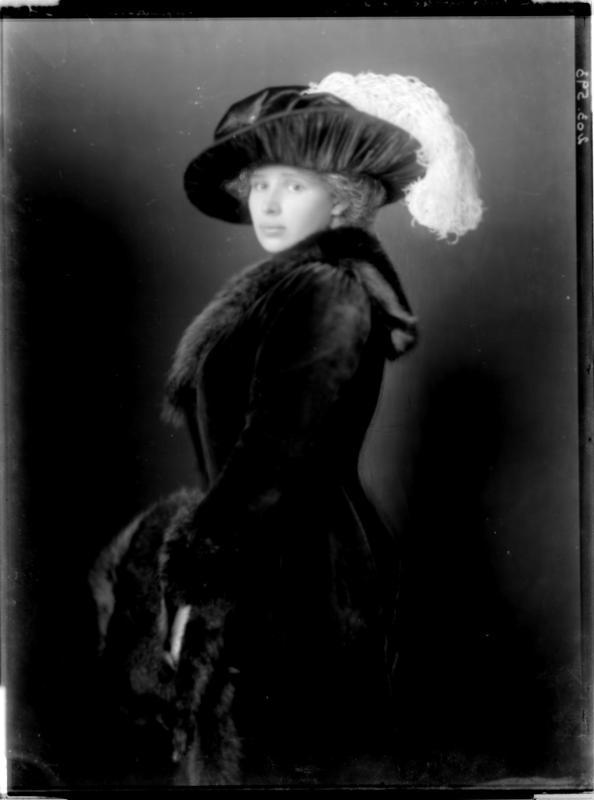 Hedwig Prinzessin Lubomirski in Mantel von Madame d'Ora, Atelier