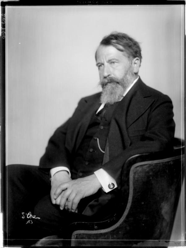 Arthur Schnitzler in einem Anzug von Madame d'Ora, Atelier