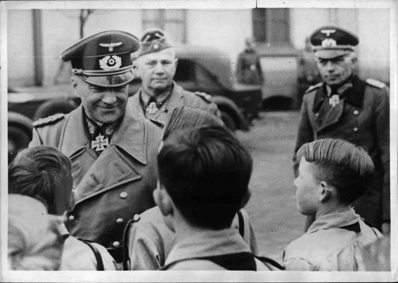 Generaloberst Brauchitsch bei der HJ von Weltbild