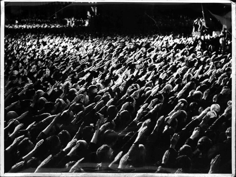 Hitler vor Rüstungsarbeitern von Scherl Bilderdienst