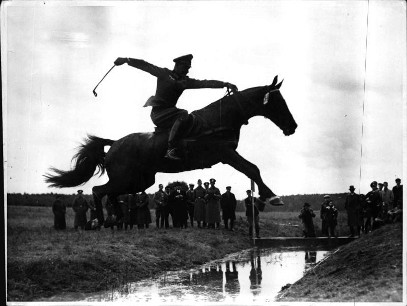 Querfeldeinritt der Kavallerie in Döberitz von Weltbild