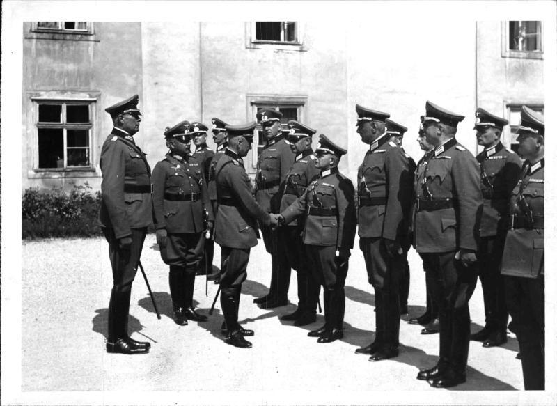 Generaloberst von Brauchitsch besichtigt die Theresianische Militärakademie in Wiener Neustadt von Weltbild