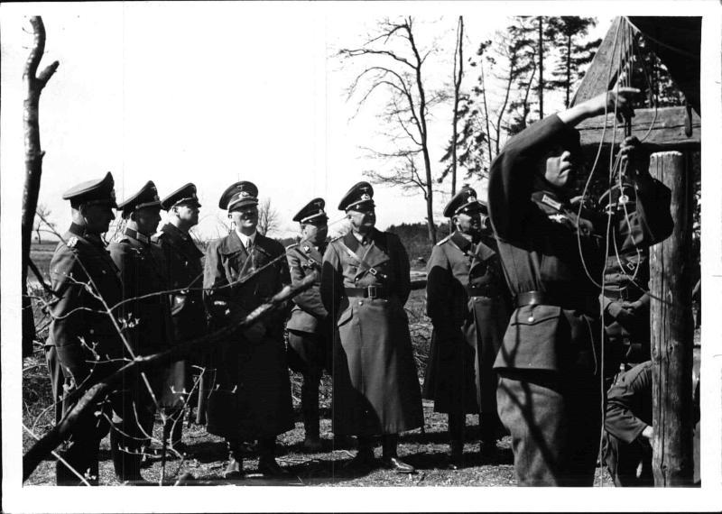 Hitler bei Rekruten in Österreich von Weltbild