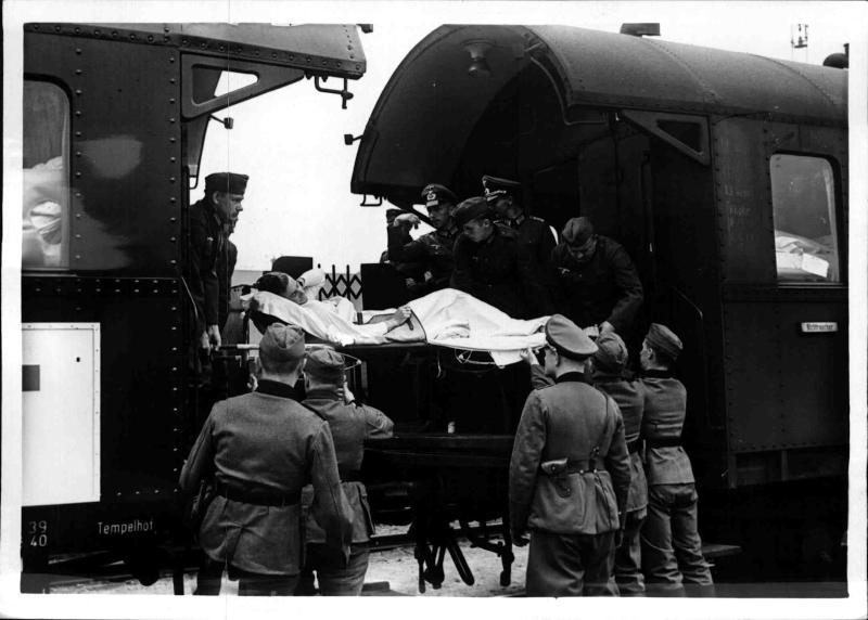 Ankunft des ersten Verwundetentransportes in Berlin von Weltbild