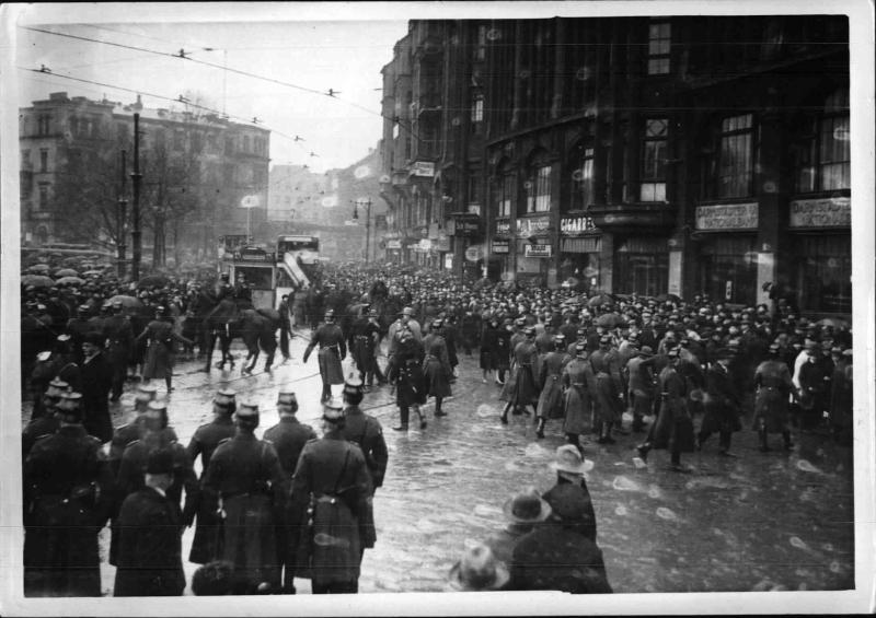 Unruhen während des Reichsbanner-Aufmarsches in Berlin von Weltbild