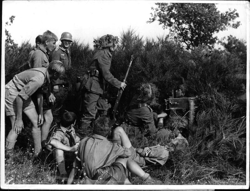 Gefechtsübungen des Heeres vor der Auslandsjugend von Weltbild