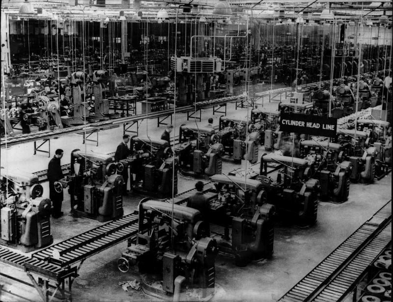 Die ersten Aufnahmen von einer neuen englischen Fabrik für Kriegsflugzeuge, Arbeiter an den Maschinen von New York Times Photo