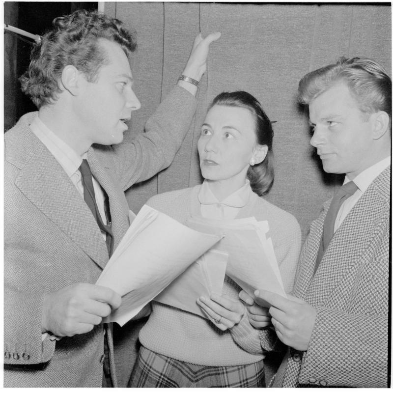 Aufnahme im Funkstudio - 'Iphigenie auf Tauris': mit Walther Reyer, Albert Rueprecht, unterhalten sich mit einer Frau. Aufnahme im Funkstudio - 'Iphigenie auf Tauris' von Scheidl