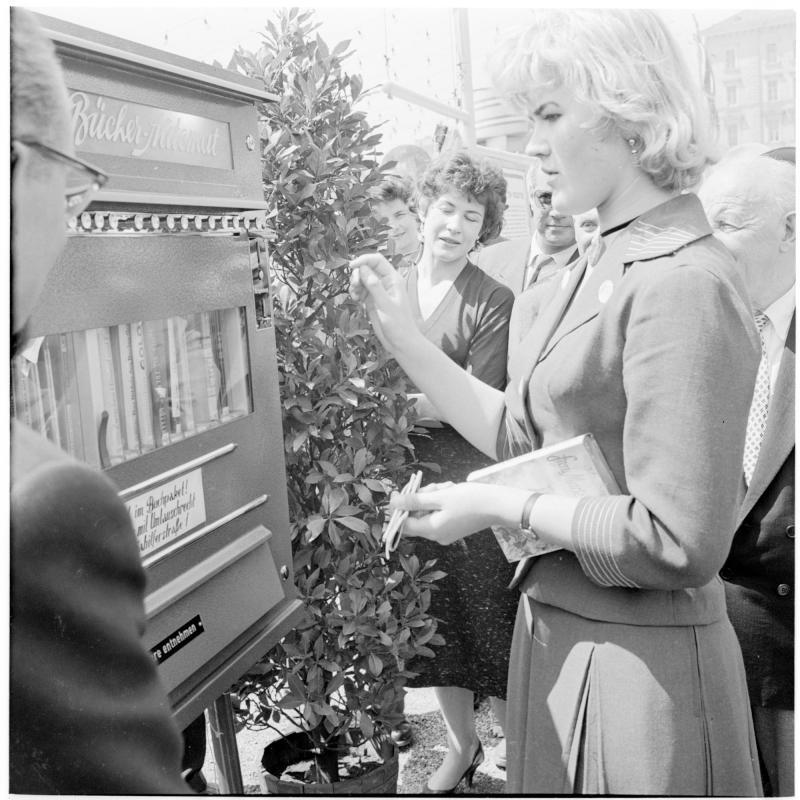 Buch-automat der Firma Herzog, Menschen kaufen sich Bücher