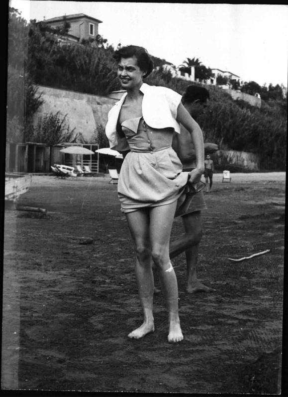 Nadja Tiller, österr.-deutsche Schauspielerin am Strand von New York Times Photo