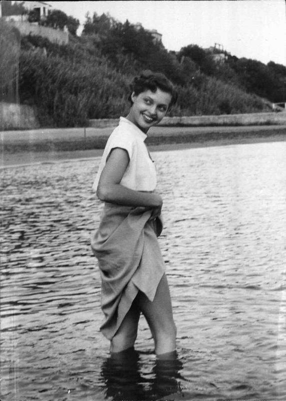 Nadja Tiller, österr.-deutsche Schauspielerin watet im Wasser und lächelt von New York Times Photo
