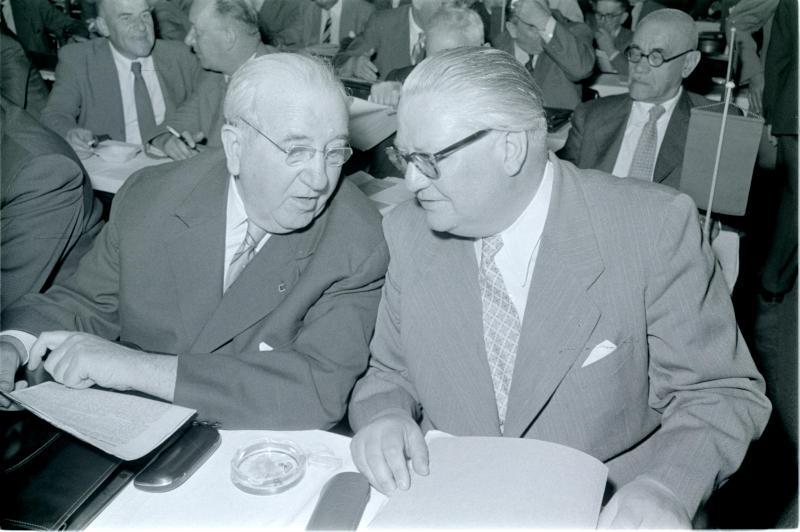 SPÖ-Parteitag 1958, Helmer und Pittermann, im Gespräch von Kern, Fritz
