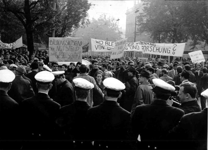 Studenten demonstrieren für mehr Geld für die Hochschulen, Transparente 'Bildungsnotstand ist Notstand der Gesellschaft', im Vordergrund Exekutivbeamte von Kern, Fritz