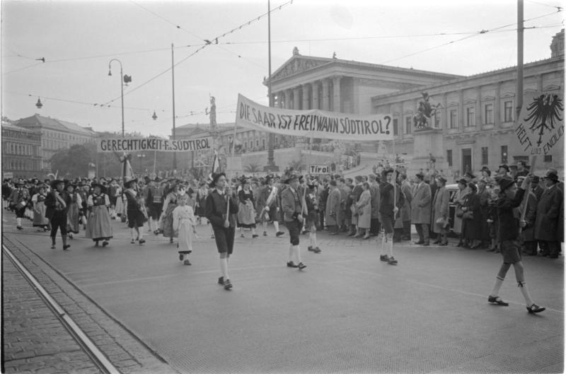Protestkundgebung der Südtiroler in Wien, Aufmarsch Ringstraße, Transparente - 'Die Saar ist frei! Wann Südtirol' und 'Gerechtigkeit für Südtirol' von Kern, Fritz