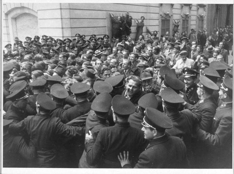 Kommunistische Demonstrationen gegen das 4.Preis-Lohn-Abkommen Polizei versucht die Demonstranten abzudrängen von Kern, Fritz