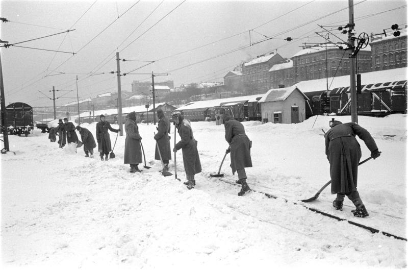 Schnee-chaos in Wien 1963: Militär schaufelt beim Westbahnhof Schienen frei