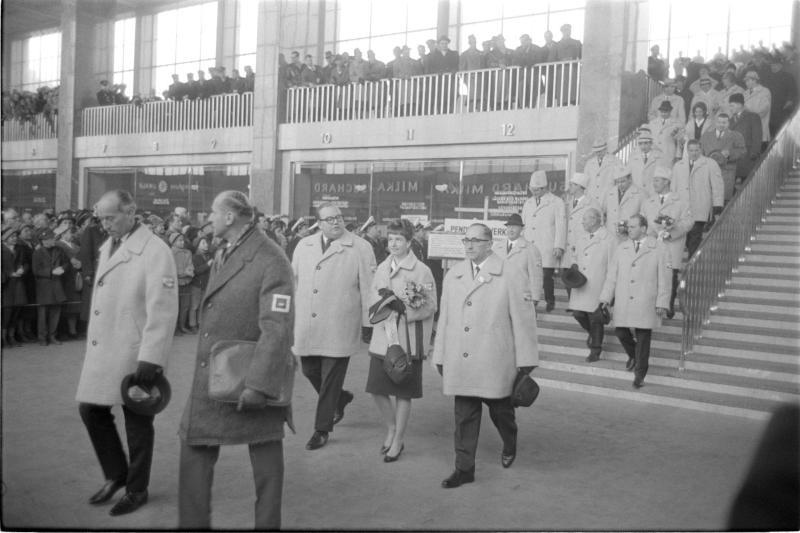 Ankunft der Olympioniken am Wiener Westbahnhof von Kern, Fritz