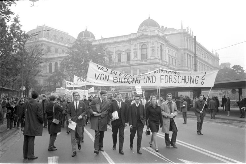 Studentendemonstration in Wien für die Erhöhung des Kulturbudgets, vor Universität, Transparente von Kern, Fritz