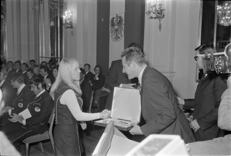 Neue Regierung, Festakt, Gratz überreicht in einem Festakt einer Frau eine Auszeichnung von Kern, Fritz
