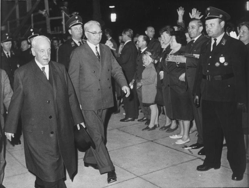 Bundespräsident Dr. Schärf auf dem Weg zum Rathausplatz von Kern, Fritz