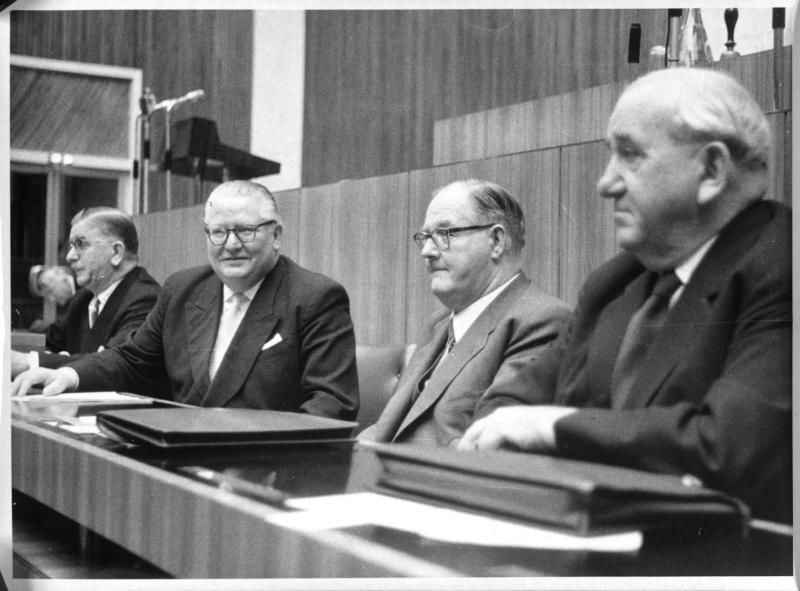 Kanzler Raab, Innenminister Helmer, Vizekanzler Pittermann und Außenminister Figl im Parlament von Kern, Fritz