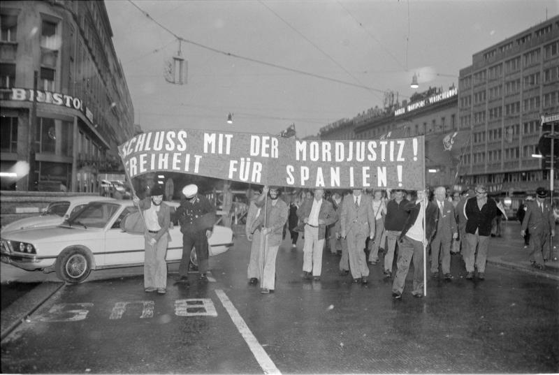 Spanien-demonstration Ringstraße, gegen Franco-Faschismus; Transparent 'Schluss mit der Mordjustiz, Freiheit für Spanien!', Polizei von Kern, Fritz