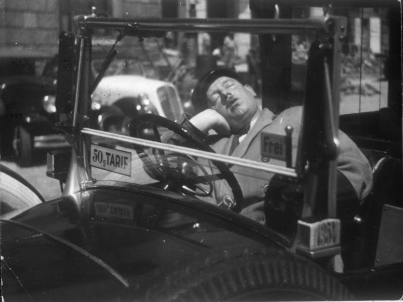 Taxifahrer in seinem Wagen, schlafend