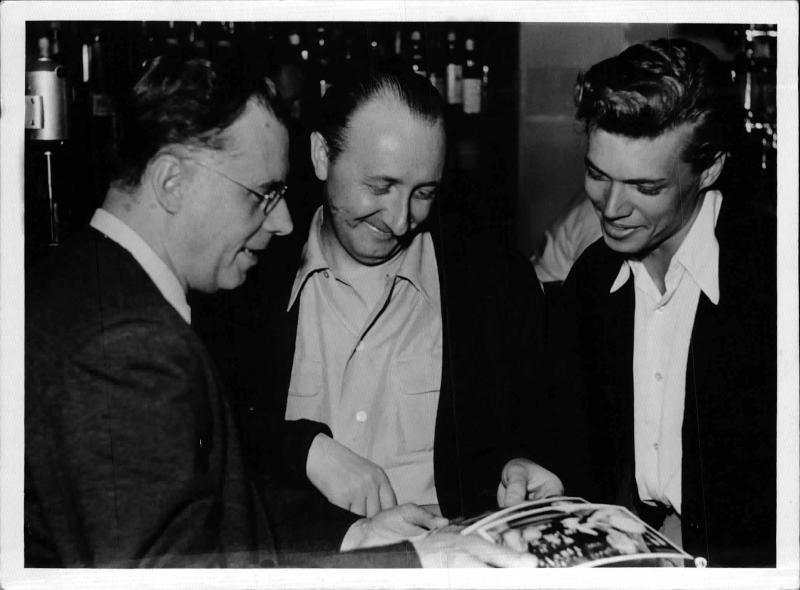 Karl Böhm, sein Sohn Karlheinz und Dönch betrachten Fotos