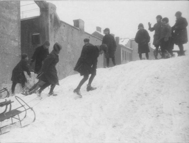 Kinder beim Rodeln im Winter