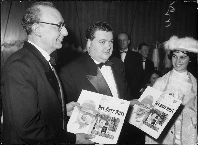Auslandsjournalisten überreichen Karl Merz und Helmut Qualtinger die Schallplatte 'Der Herr Karl' von Kern, Fritz