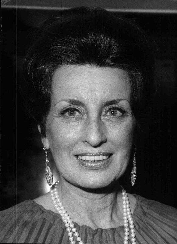 Porträtfoto der Burgschauspielerin und Ballmutter des Opernballs Lotte Tobisch