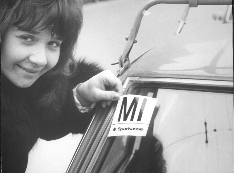 Benzin-kanister mit Aufschrift 'Bitte um Hilfe' neben einem VW-Käfer stehend, Großaufnahme